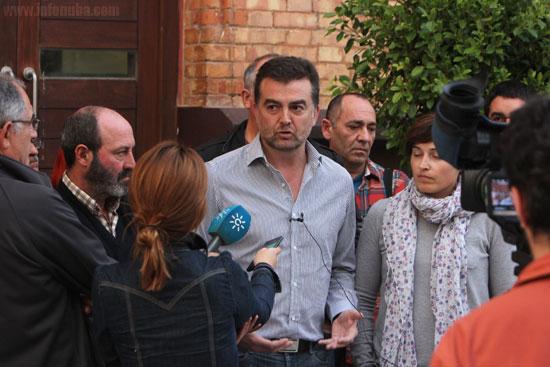 Antonio Maíllo atendiendo a los medios de comunicación en una imagen de archivo.
