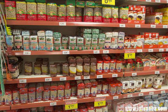 Estanterías con alimentos en un supermercado.