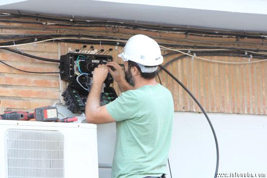 Un electricista trabaja en la capital onubense.