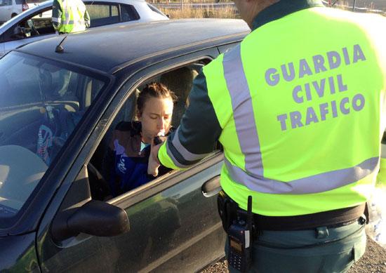 Una usuaria realiza el control alcoholemia de la Guardia Civil de Tráfico.