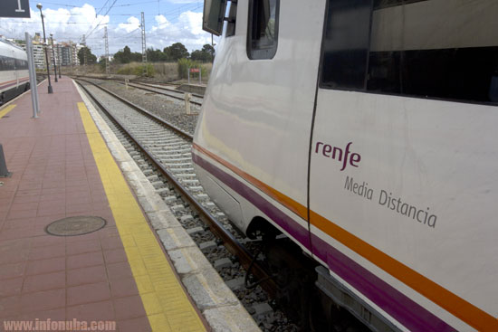 Imagen de un tren en la Estación de Huelva.