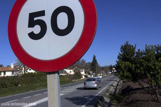Una señal limita la velocidad a 50 km/hora en una travesía.