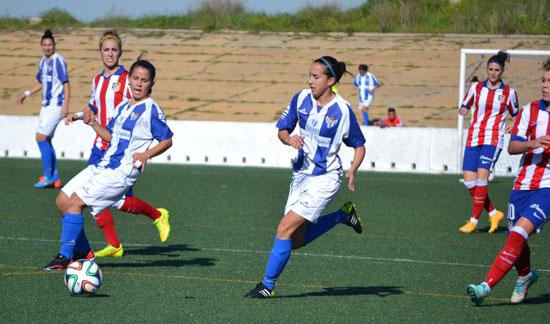 Paulita y Virgy buscan un balón en el último partido en casa contra el Atlético de Madrid.
