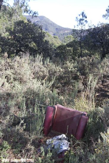 Un sillón en una escombrera en plena Sierra de Huelva
