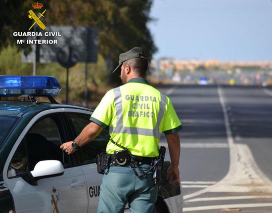 Un agente de Guardia Civil realiza un control en una carretera onubense.
