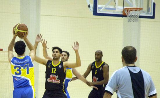 Un instante del partido entre el C.B. Palos y el Baloncesto Ginés.