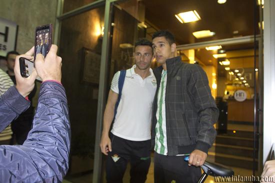 Rubén Castro se hace una fotografía con un aficionado a las puertas del Hotel NH Luz.