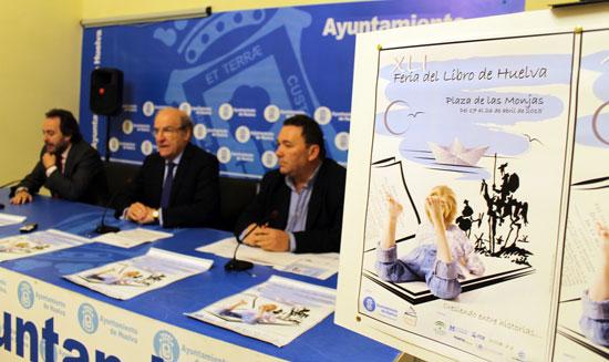 El alcalde de Huelva, Pedro Rodríguez; el teniente alcalde de Cultura, Manuel Remesal; y el presidente de la Asociación de Empresarios de Librerías, Juan Antonio García, han presentado esta mañana en rueda de prensa la XLI edición de la Feria del Libro.