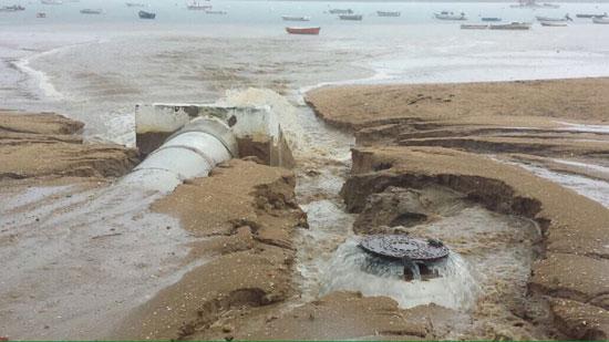 El emisario de aguas pluviales de El Rompido ha vuelto a funcionar de forma absolutamente deficiente esta mañana como consecuencia de las lluvias registradas en esa zona del municipio.