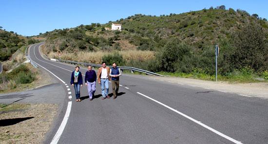 El diputado del Área de Infraestructuras, Alejandro Márquez, ha visitado junto a la alcaldesa San Silvestre de Guzmán, Josefa Magro, y el alcalde de Sanlúcar de Guadiana, José Manuel Ponce, la carretera provincial que une a ambos municipios.