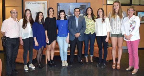 """El delegado territorial de Educación, Cultura y Deporte, Vicente Zarza, ha felicitado al Club Baloncesto Conquero por su """"magnífica"""" temporada, en la que ha tenido una brillante actuación y en la que ha conseguido el Subcampeonato en la Copa La Reina y el Campeonato de Andalucía Júnior femenino."""