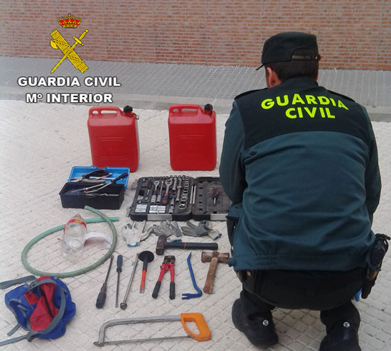 Un agente de la Guardia Civil revisa el material incautado.