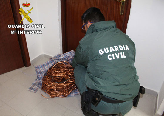 Un agente de la Guardia Civil revisa el material.