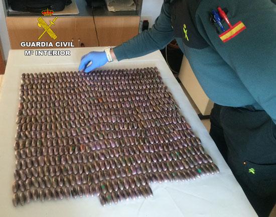 Un agente de Guardia Civil realiza el recuento de la droga intervenida.