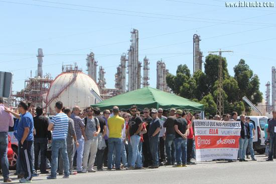 Imagen de la concentración de las 13:00 horas a las puertas de la refinería.