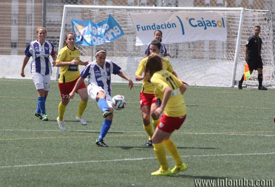 Virgy da un pase en un encuentro entre el Sporting Club de Huelva y el Santa Teresa de Badajoz.