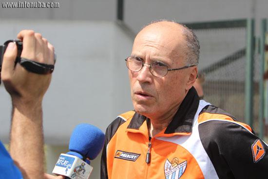 El técnico del Sporting Club de Huelva, Antonio Toledo, realizando unas declaraciones.