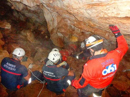 Profesionales del servicio provincial del 061 en Huelva han participado, junto a la Unidad de Rescate Urbano de Bomberos del Ayuntamiento de la capital, en un ejercicio práctico sobre intervenciones y rescates en espacios confinados.