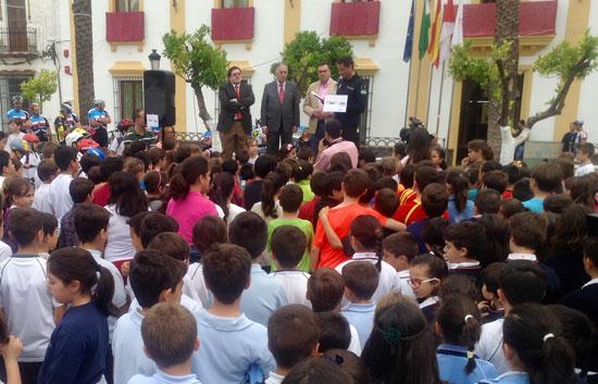 El subdelegado del Gobierno en Huelva, Enrique Pérez Viguera, ha acompañado esta mañana a cientos de escolares de La Palma del Condado en la clausura de la III Semana Mundial de la Seguridad Vial,