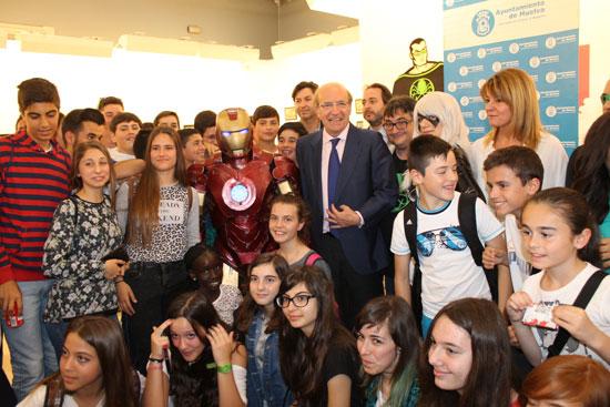 """El alcalde de Huelva, Pedro Rodríguez, se ha unido hoy a 'Los Vengadores', unos de los superhéroes más conocidos del mundo del cómic, para """"rescatar a los niños del aburrimiento, animándoles a hacer volar su imaginación a través de la lectura""""."""