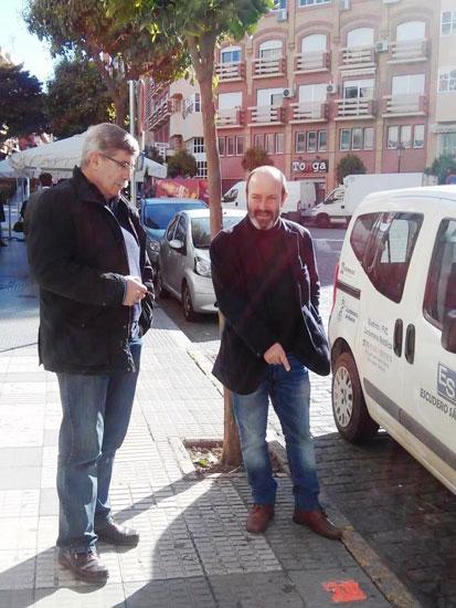 Pedro Jiménez y Juan Manuel Arazola señalan la marca de un vehículo sancionado en el centro de Huelva.