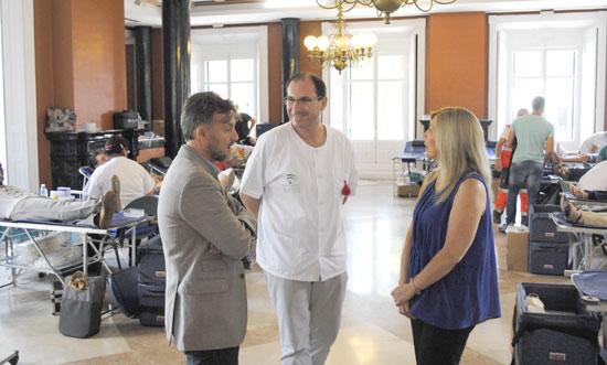 El delegado del Gobierno andaluz en Huelva, José Fiscal, ha visitado hoy la macrocolecta de sangre organizada por el Centro de Transfusión en la capital.