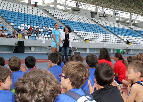 Elena Tobar ha asistido a este encuentro entre la deportista de élite y los pequeños atletas