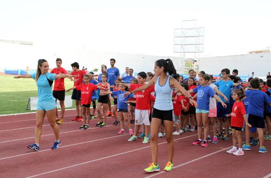 Alrededor de un centenar de niños y niñas de las escuelas de atletismo de Huelva, que habitualmente se ejercitan en el Estadio Iberoamericano, así como del club de Atletismo Arcoiris de San Juan y del Club de Atletismo Ciudad de Lepe, han podido disfrutar esta tarde de un entrenamiento muy especial