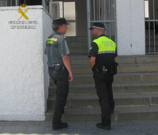 """La Guardia Civil ha detenido a dos varones, que fueron sorprendidos """"in fraganti"""" cuando intentaban perpetrar varios robos en diferentes viviendas en la localidad de Almonte"""
