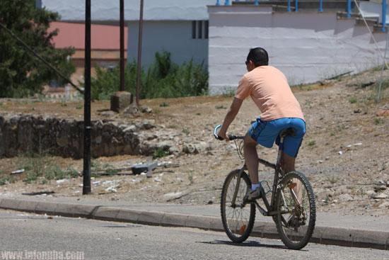 Un ciclista en una localidad de la provincia de Huelva.
