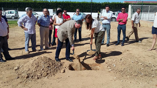 El delegado del Gobierno de la Junta de Andalucía en Huelva, Francisco José Romero, ha colocado esta mañana la primera piedra del nuevo Salón Cultural Multifuncional de Chucena.