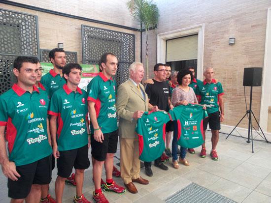 """Los miembros del Club Atletismo San Bartolomé en la presentación de la iniciativa solidaria """"112 etapas, 12-causas"""""""