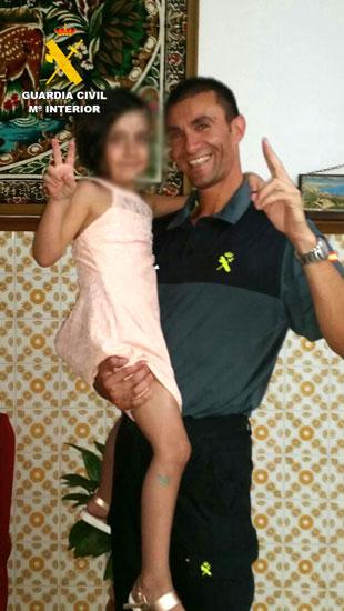 Un agente de la Guardia Civil junto a la menor rescatada.