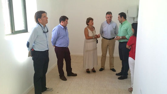Imagen de una visita de los diferentes representantes institucionales al Centro de Salud de Jabugo.
