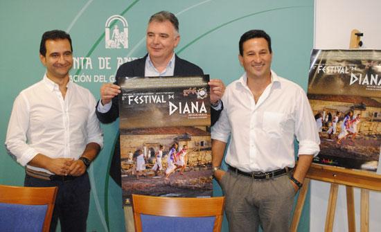 El delegado del Gobierno de la Junta en Huelva, Francisco José Romero, acompañado por el alcalde de Aroche, Antonio Muñiz, y el diputado territorial de la Sierra, Ezequiel Ruiz, presentaron en la mañana de ayer el II Festival de Diana.