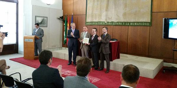El Complejo Hospitalario Universitario de Huelva ha recibido una distinción como reconocimiento a su política de gestión, transparencia y credibilidad en materia ambiental.