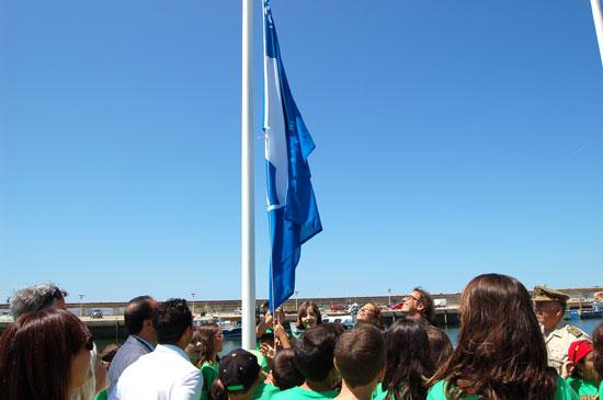 Izada de bandera azul en el Puerto de Mazagón.