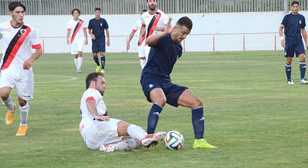 El delantero albiazul Rubén Mesa es presionado por un defensa rival