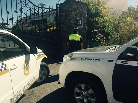 Dos agentes a las puertas del Hotel Aracena Park.