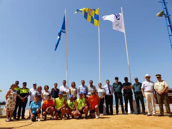Representantes del equipo de gobierno que dirige Gustavo Cuéllar, de la delegación de Turismo y de la Diputación de Huelva han izado esta mañana en la playa del Parador la Bandera Azul y la Q de Calidad,.