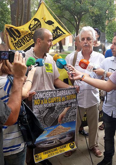 Rafael Gavilán atendiendo a los medios de comunicación.