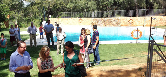 Imagen de la inauguración de la piscina de Alájar.