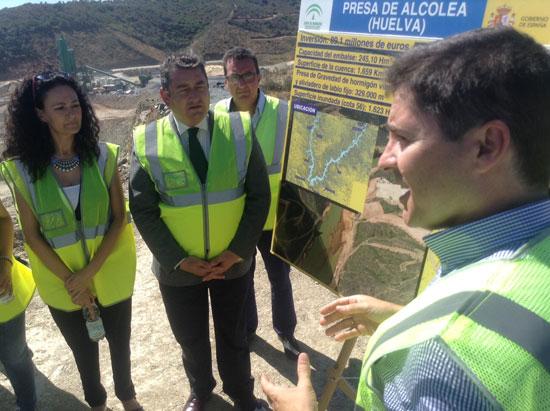 Un técnico explica los avances de las obras de la Presa de Alcolea al Delegado del Gobierno en Andalucía, Antonio Sanz, acompañado por la alcaldesa de Gibraleón Lourdes Martín y el l parlamentario andaluz por Huelva, Manuel Andrés González.