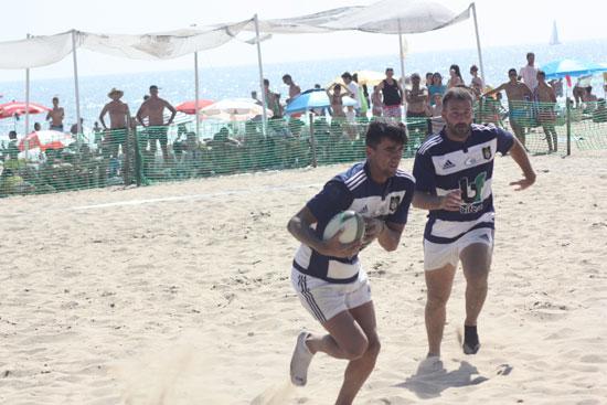 Dos jugadores del Bifesa Tartessos en la playa de Punta Umbría.