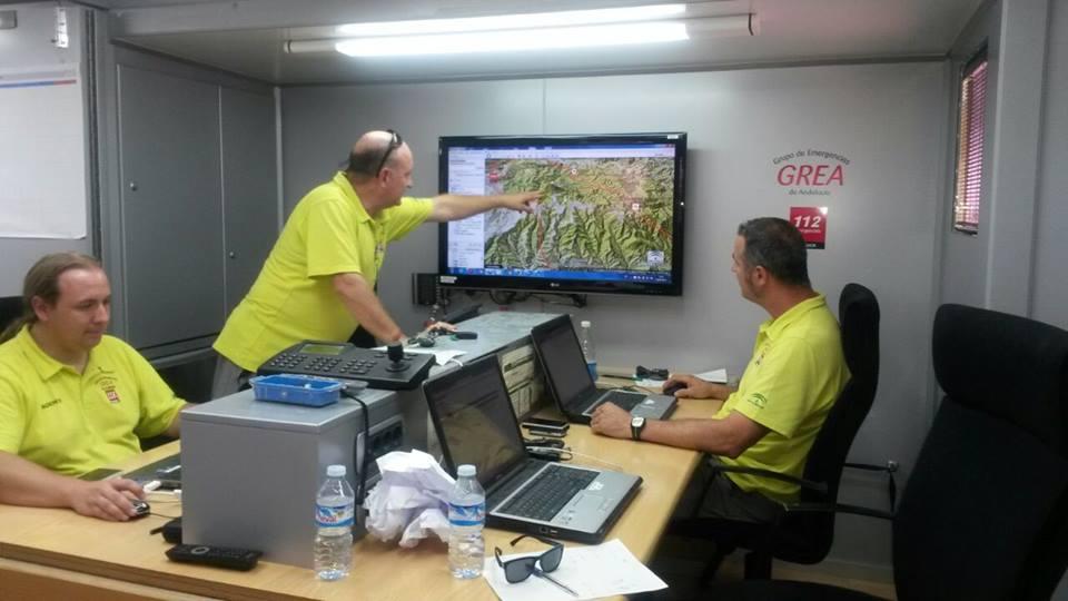 Imagen de los técnicos observando la evolución del incendio.