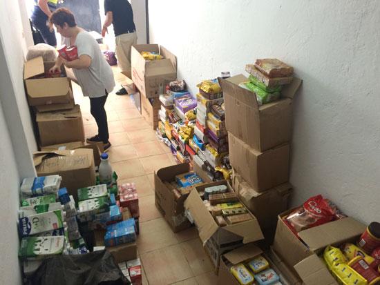 Una voluntaria ordena los alimentos.