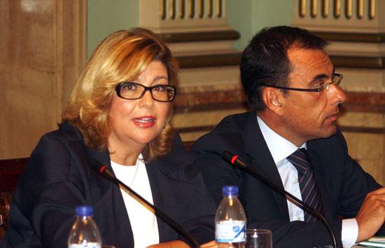 Imagen de Berta Centeno junto a Ángel Sánchez en un Pleno del Ayuntamiento de Huelva.
