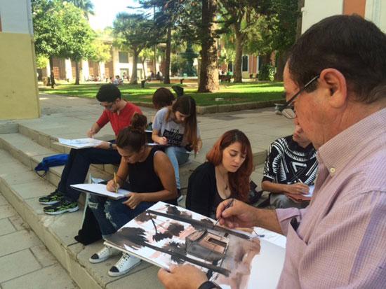 Voluntarios pintan sus cuadros en la Casa Colón.