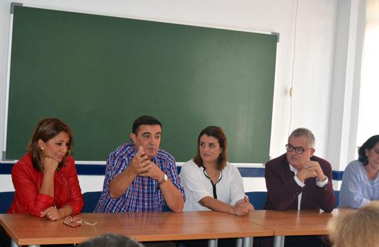 Los delegados territoriales de Educación e Igualdad, Salud y Políticas Sociales, Vicente Zarza y Rafael López, respectivamente, junto a la alcaldesa de Almonte, Rocío Espinosa, han visitado el centro de drogodependientes de Cabezudos.