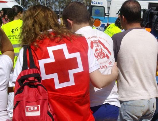 Una voluntaria del Programa ERIE Psicosocial atiende a una persona.